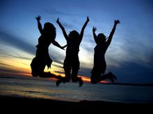 3 Chicas Saltando Festejando