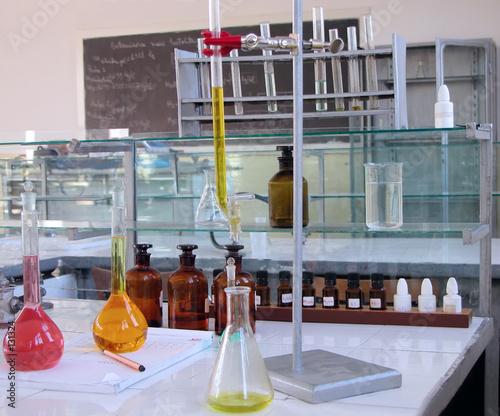 Valokuvatapetti laboratory desk