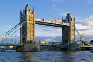 Fototapeta na wymiar tower bridge, evening light, blue sky
