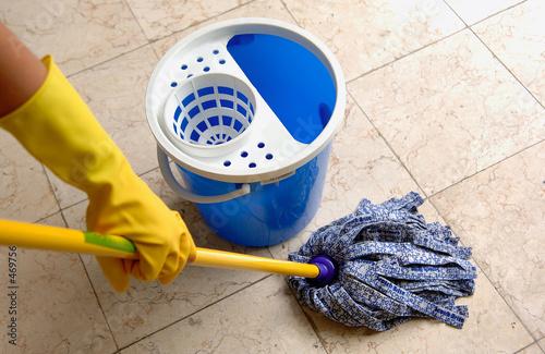 Fotografía  housekeeping: cleaning the floor
