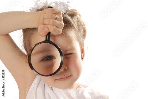maly-odkrywca-dziewczynka-patrzaca-przez-lupe-na-bialym-tle