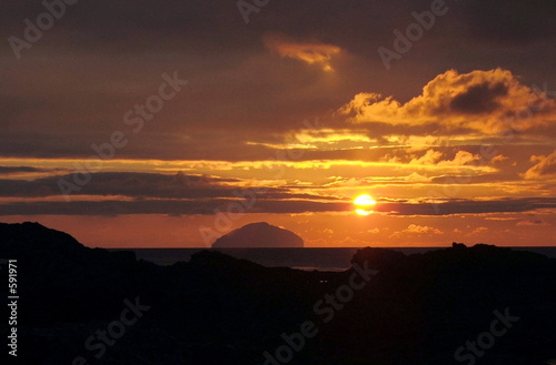 Fotografiet sunset over ailsa craig