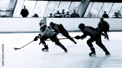 Fotografiet  attaquant et défenseurs de hockey sur glace