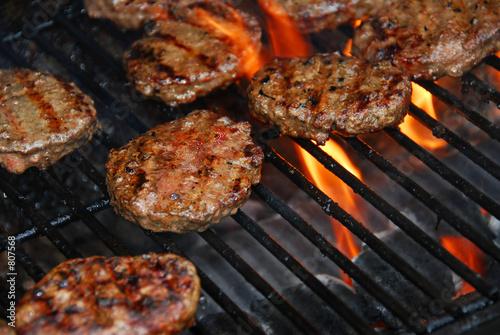 Fotografía  hamburgers on barbeque