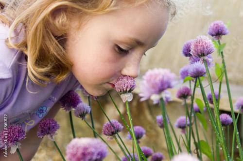 Fototapeta young girl smelling flowers obraz