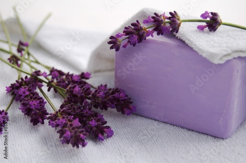 Foto op Aluminium Lavendel savon, lavande et serviette