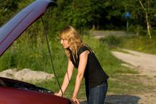 Frau Und Ein Defektes Auto
