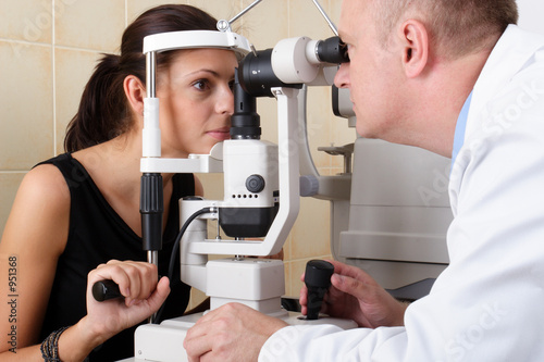 Fotografía  male ophthalmologist conducting an eye examination