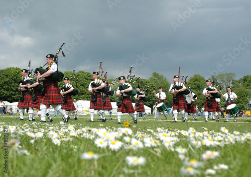 Carta da parati scottish pipe band marching on the grass