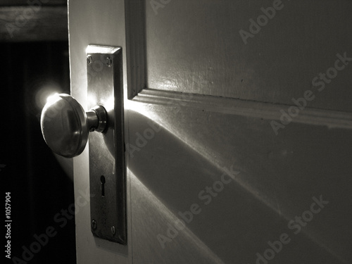 Obraz morning light on chrome doorknob - fototapety do salonu