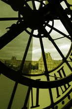 Le Louvre à Travers L'horloge...