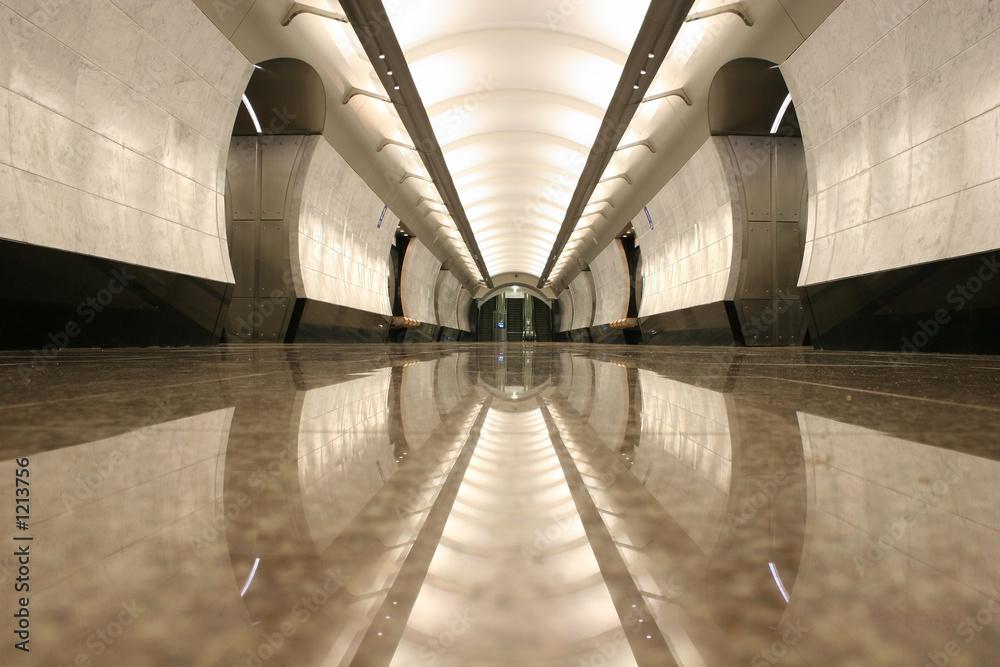 pusta podłoga stacji metra