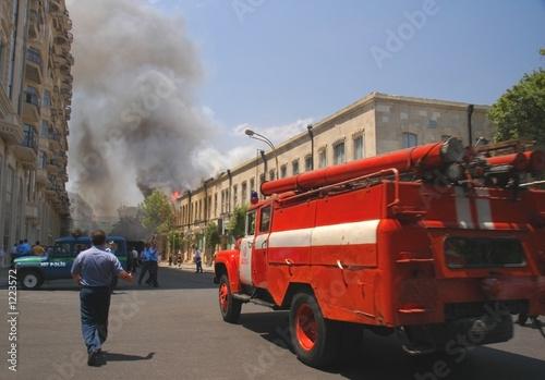 In de dag Vuur / Vlam fire truck rushing to fire in the city center