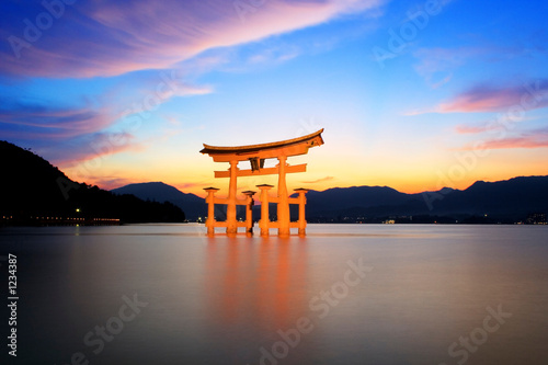 Photo  torii gate at sunset