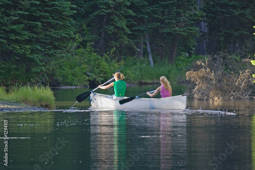 Foto two women canoeing on a lake