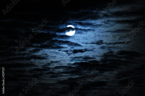 Poster Volle maan moon behind clouds