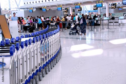 Staande foto Luchthaven airport crowd