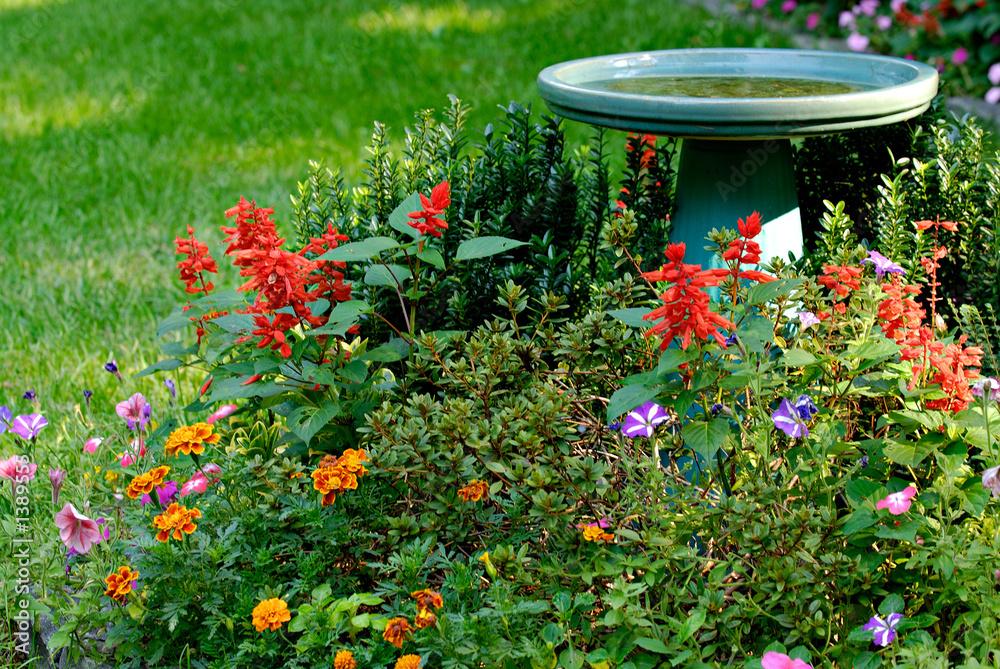 Photo  bird bath and flower garden in yard