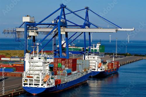 Fotografia  container ship and loading crane in port