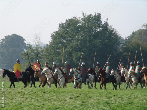 Photo norman horsemen with spears at hastings