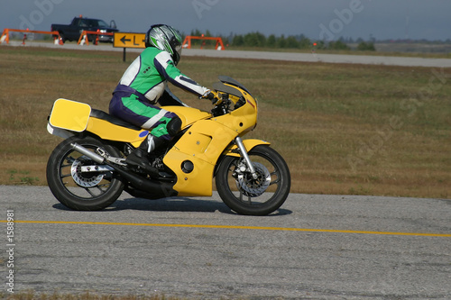 Poster Voitures rapides yellow motorcycle
