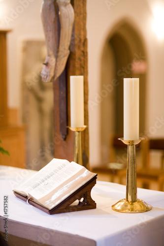 Foto bibel auf altar