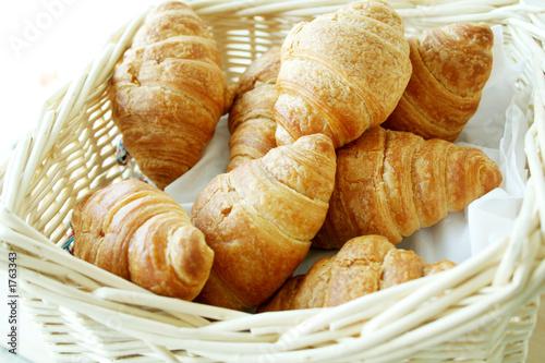 Deurstickers Bakkerij croissant in basket