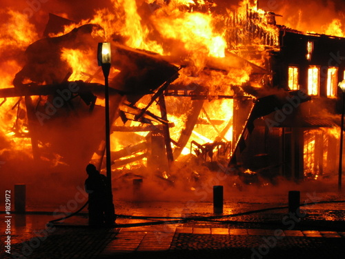 Photo firefighter fighting burning hous