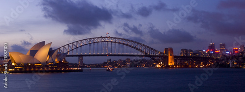 Photo Stands Sydney harbour bridge and opera house