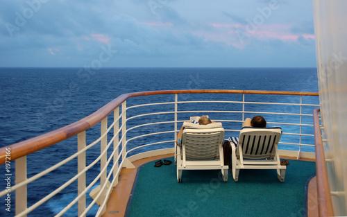 Fotografia  retired couple enjoying cruise vacation