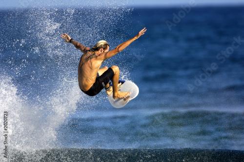 Photo  surfer doing an ariel