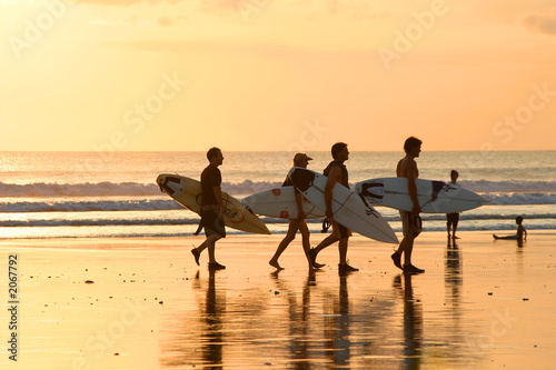 Foto  surfers at sunset