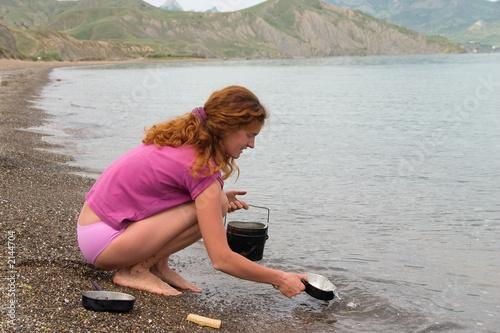 Fotobehang Ontspanning girl washing dishes