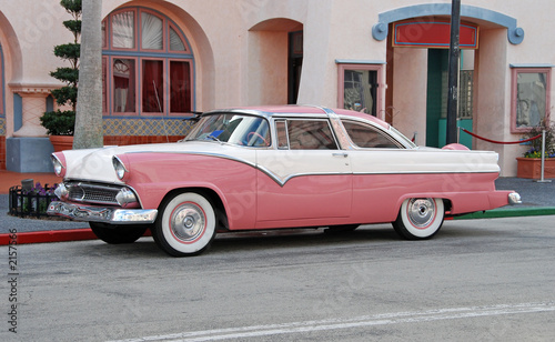 classic automobile in pink color Fototapete