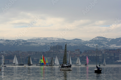 Staande foto Zeilen veleros con mar en calma