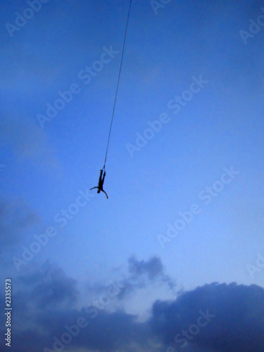 Foto bungee jumping at dusk