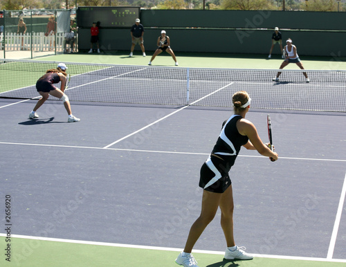 Valokuva  women playing doubles
