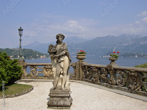 Valokuvatapetti statue in lake como villa
