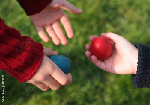 Photo Children're giving each other easter eggs