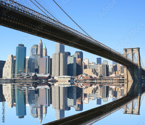 most-brooklynski-i-manhattan-linia-horyzontu-na-jasnym-blekitnym-dniu