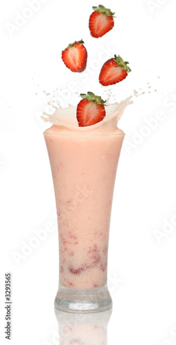 Foto op Plexiglas Milkshake strawberry smoothie with splash