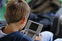Enfant Et Console De Jeux