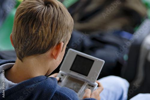 Photo  enfant et console de jeux