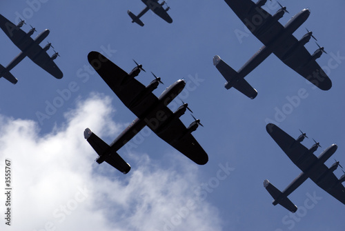 Photographie British Lancaster bombers flying overhead.