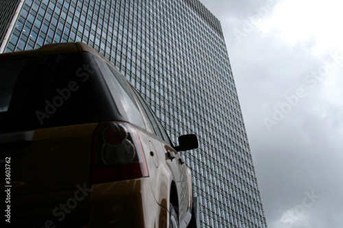 Photo  car pointing towards office building