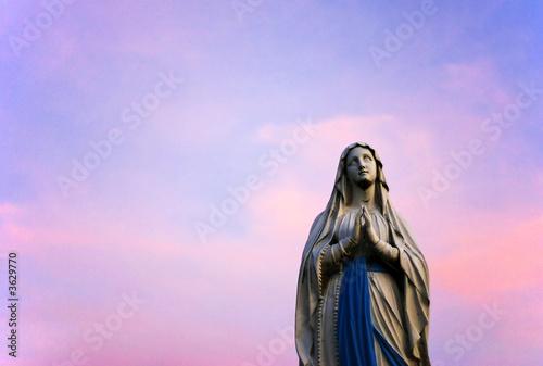 Papiers peints Lilas Statue de la vierge marie et coucher de soleil en Savoie.