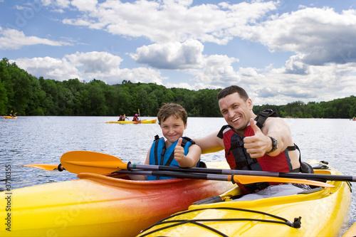 Tableau sur Toile Père et fils, appréciant le kayak