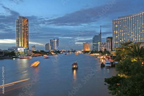 In de dag Bangkok River at Dusk