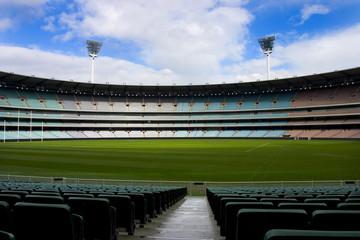 Nogometni stadion potpuno prazno plavo nebo