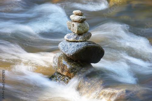 Fotomural kleiner Bach mit vielen Steinen und Felsen und Wellen